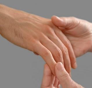 Multifokální motorická neuropatie (MMN) způsobuje poškození nervů v rukou a nohou. Poškození nervů začíná v dospělosti a postupem času se pomalu zhoršuje.