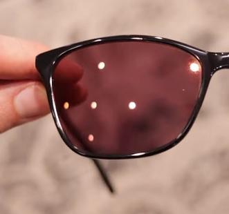 Při fotofobii může pomoci nošení brýlí s růžovým odstínem zvaným FL-41