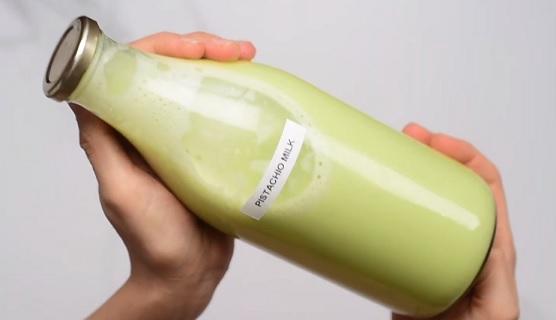 Takto pak může pistáciové mléko vypadat, může být zelenkavé nebo hnědé, záleží na pistáciích